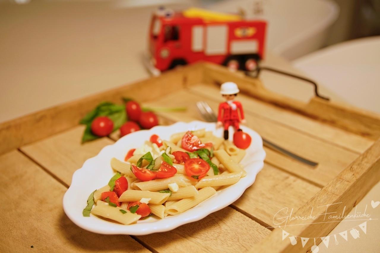 Penne mit frischen Tomaten und Mozzarella Gericht Glorreiche Familienküche
