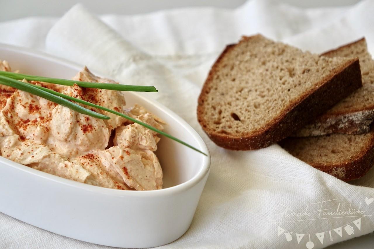Die Zwiebel fein hacken und den Paprika waschen und in kleine Stücke schneiden. Den Butter schmelzen lassen und dem Topfen vermengen.
